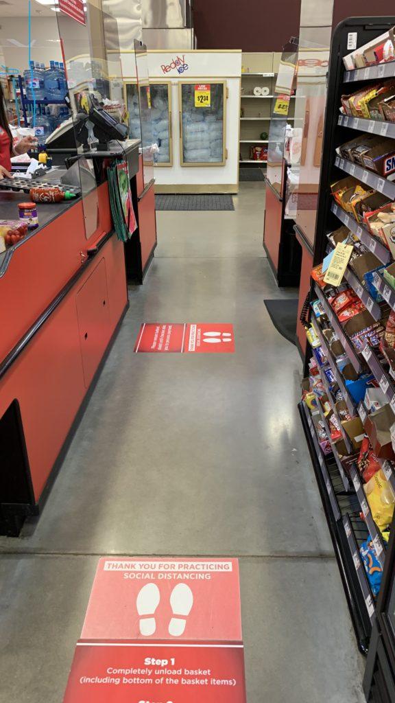 HEBというテキサスの地方スーパーマーケットです。全米で消費者からの好感度が一番と高い評価をうけています。自宅待機発令中より、ソーシャルディスタンスを保つことを徹底するため、レジの待つ場所にマーカーがはられ、キャッシャーとお客の間に透明のボードが設けられています。レシートのやりとりは小さい穴を通してです。また、店員は全員マスクをしています。経済再開が始まった今も、自宅待機令中と同様です。